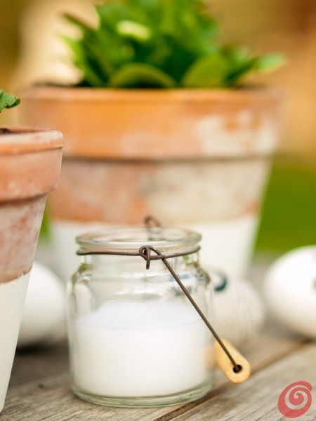 Decorazioni pasquali: il vaso di terracotta bianco e la candela