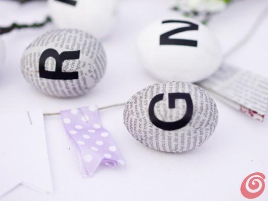Decorazioni pasquali fai da te - all'insegna del riciclo con delle uova rivestite di carta.