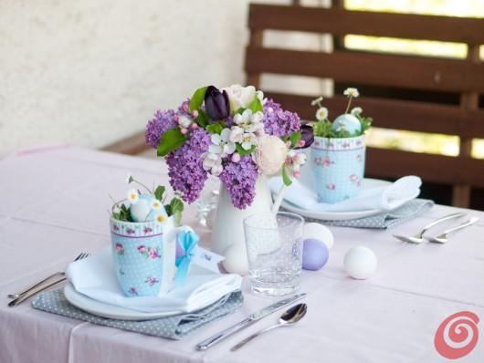 La tavola pasquale pastello e le uova decorate con sagome e silhouette