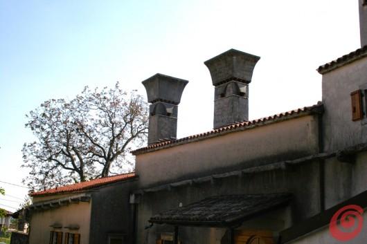 Il Carso e i suoi camini: un'incredibile galleria di camini originali e nonostante ciò in completa sintonia con l'architettura tradizionale.