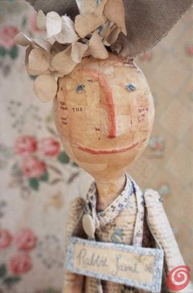 Julie Arkell è un'artista inglese  di origine popolare specializzata nelle creazioni in cartapesta, lana e stoffa.