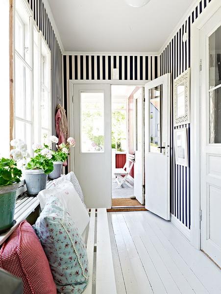 Una casa scandinava nei toni del bianco e dell'azzurro
