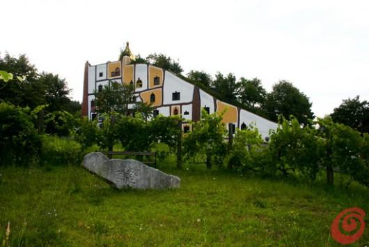 Bad Blumau, le colorate sinuosità delle terme di Hundertwasser