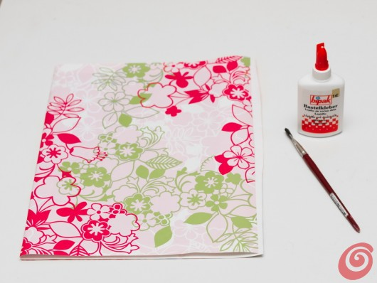 Un'idea di riciclo per fare le copertine per i nostri quaderni. Ecco il tutorial.