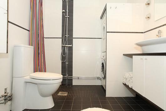 Il bagno con la lavatrice e l'asciugatrice