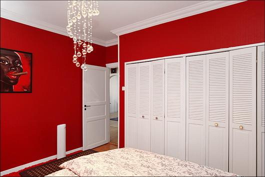 Camere Da Letto Rosse E Bianche : Un appartamento colorato per gli amanti del rock u2013 casa e trend