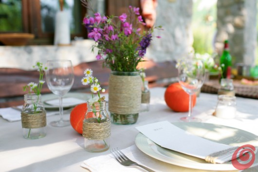 Zucche, corda e uva: la tavola addobbata per l'autunno