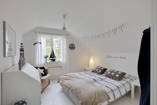 Una casa all 39 insegna del bianco con una cucina country casa e trend - Complementi camera da letto ...