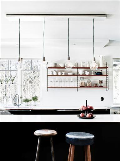 Dom s temno moderno kuhinjo