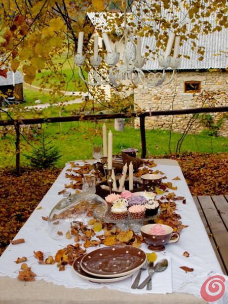 La tavola apparecchiata autunnale nei toni del marrone