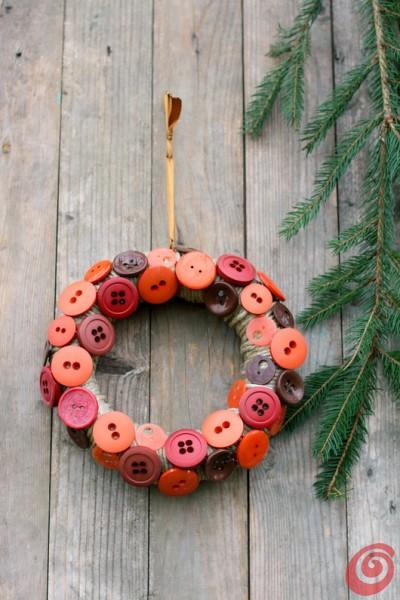 Decorazioni, la ghirlanda natalizia con i bottoni