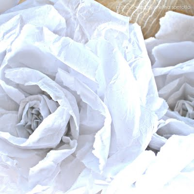 Una ghirlanda con fiori di carta di recupero