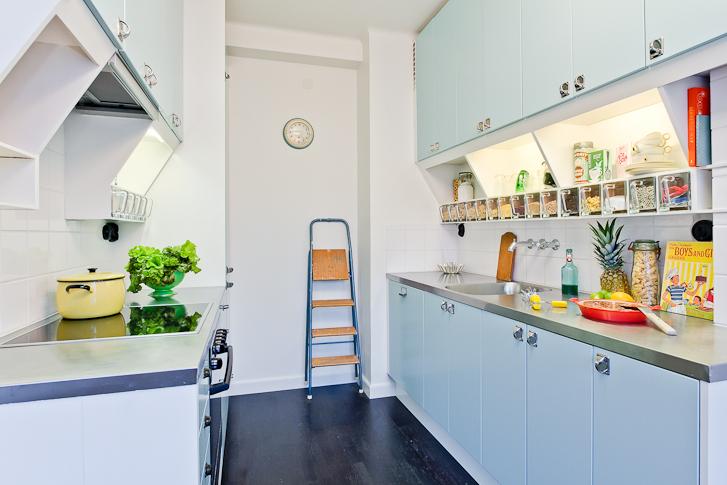Il blu elettrico e il pop rivisitati per una casa vintage