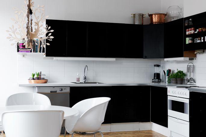 Bianco e nero, design e recupero per una casa informale ...
