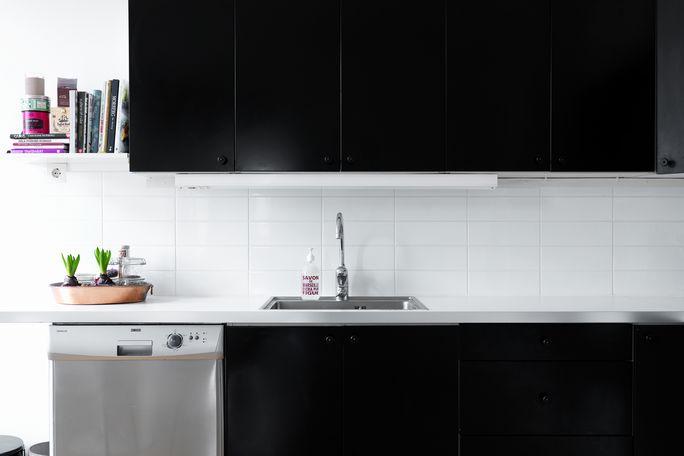 Kontrastne barve, reciklirana oprema in temna kuhinja