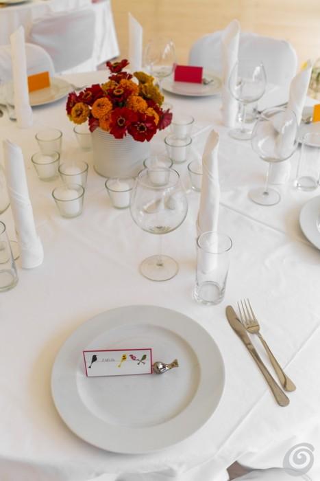 Un matrimonio, tanti uccellini e girasoli per un'allegra tavola imbandita