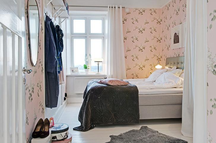 Una casa romantica con la carta da parati e una cucina moderna