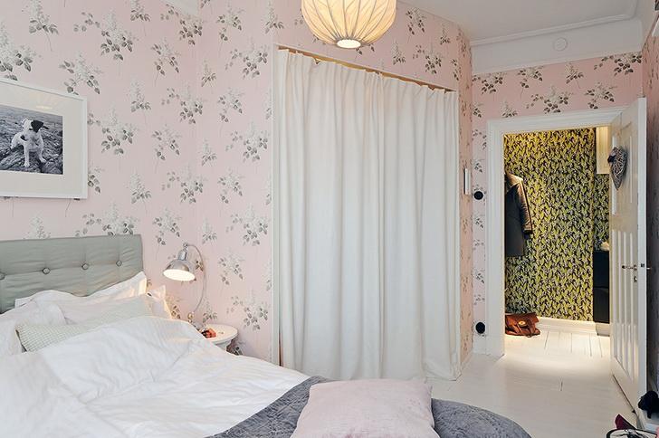 Una casa romantica con la carta da parati e una cucina moderna ...