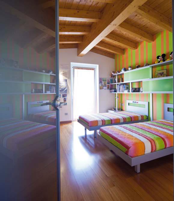 Sodobno opremljena mansarda pod lesenim tramovjem dom in for Arredare casa con travi a vista
