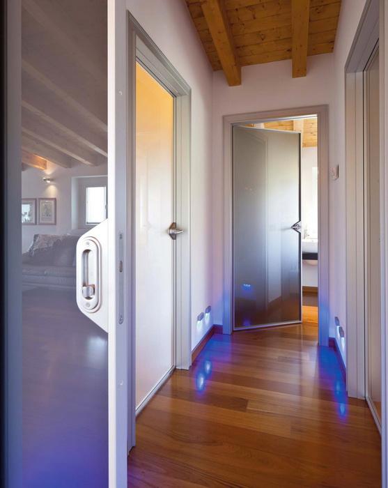Sodobno opremljena mansarda pod lesenim tramovjem dom in for Arredamento per sottotetto