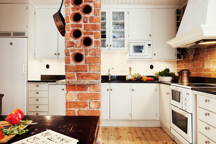 Soluzioni per le bottiglie in cucina casa e trend - Cucina in mattoni faccia vista ...