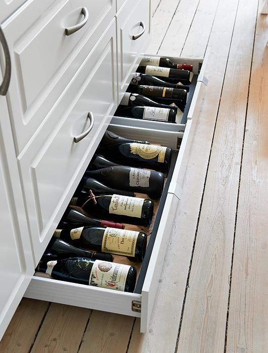 Soluzioni per le bottiglie in cucina casa e trend - Zoccolo cucina altezza ...