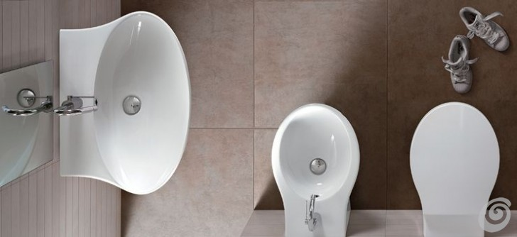 f912f247de Per i prodotti da bagno potresti aggiungere un pensile contenitore sospeso,  o con anta a specchio o in fianco ad uno specchio semplice;