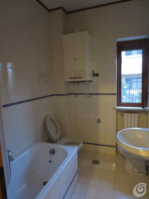 Idee per ristrutturare un bagno piccolo ma completo casa for Piastrelle bagno piccolo