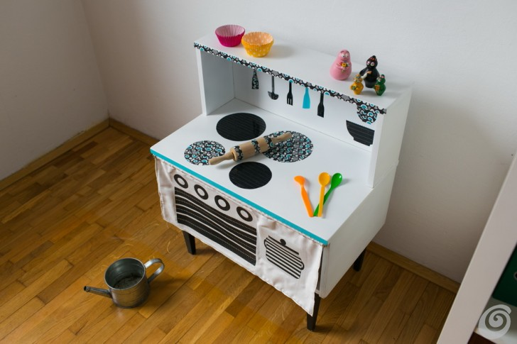 Riciclo, la cucina giocattolo homemade play kitchen from a bedside table