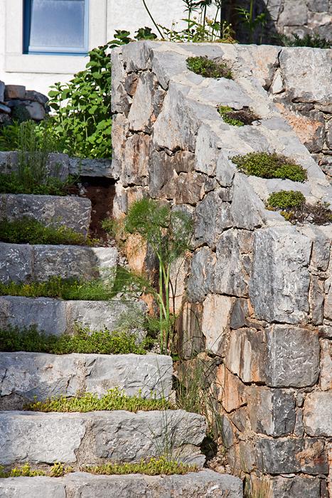 Un giardino roccioso con angolo relax e barbecue casa e - Creare giardino roccioso ...