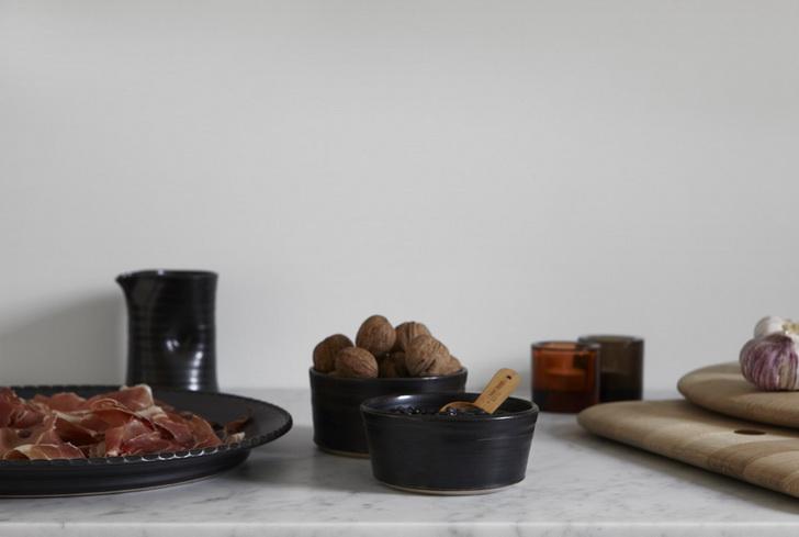 arredamento_casa_moderna_grigio_rosa_bianco_nero_cucina