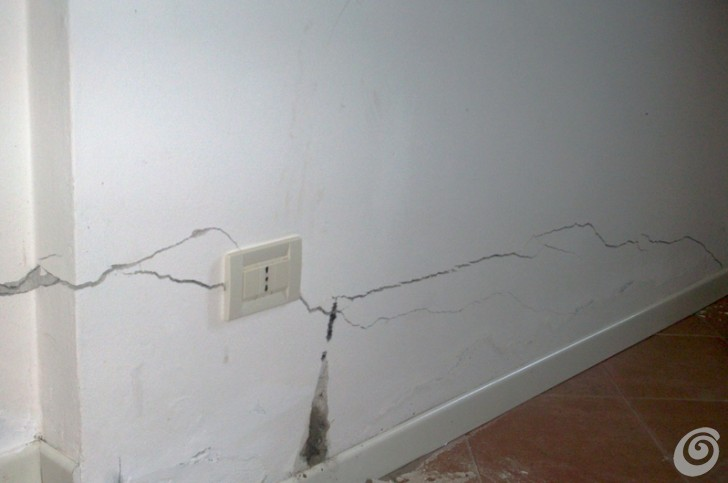 Soluzioni per le crepe nei muri casa e trend - Crepe nei muri interni pericolose ...