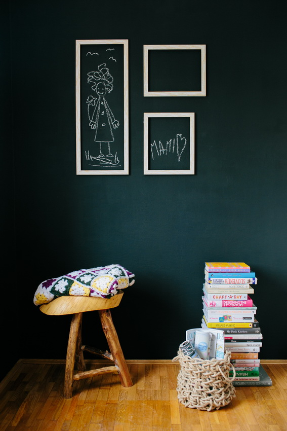 chalk_wall_with_frames_kids_room