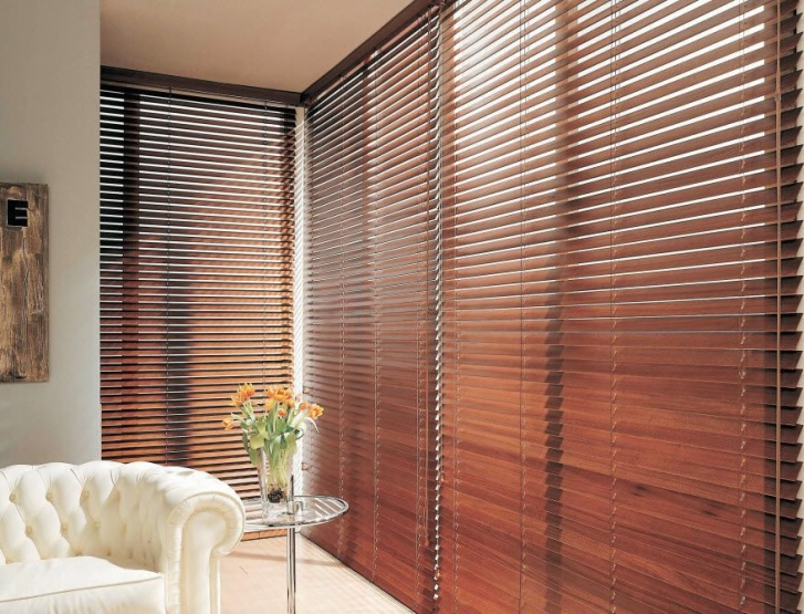 Come oscurare le finestre senza tapparelle o persiane casa e trend - Tende veneziane in legno ikea ...