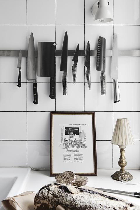 arredare_bilocale_bianco_nero_uomo_cucina