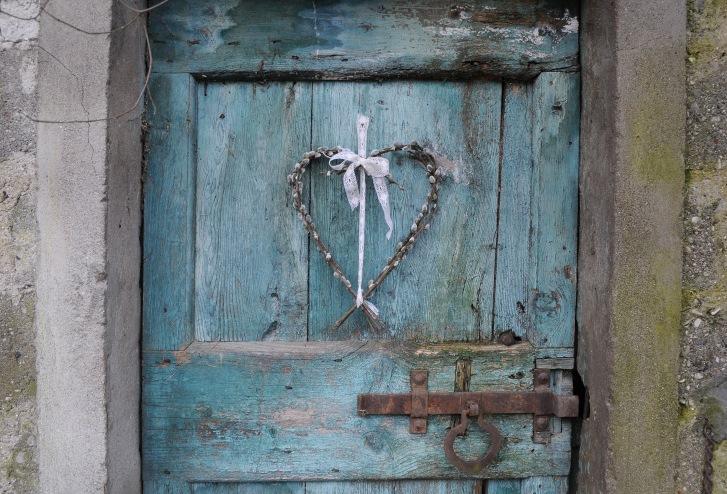 pomladni_vencek_iz_macic_v_obliki_srca