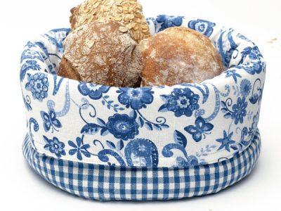 Košara za kruh in pecivo v modrem cvetličnem in modro belem karo vzorcu.