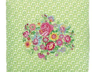 Prešita prevleka za okrasno blazino v zeleni barvi s cvetličnim motivom v sredini okrasne blazine.