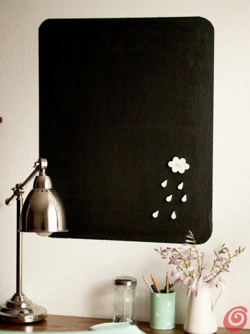 La lavagna magnetica è stata realizzata direttamente sul muro.