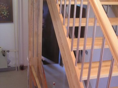delno zakrito stopnišče z kombinacijo inox jesen. nosilno ogroje je kovinsko