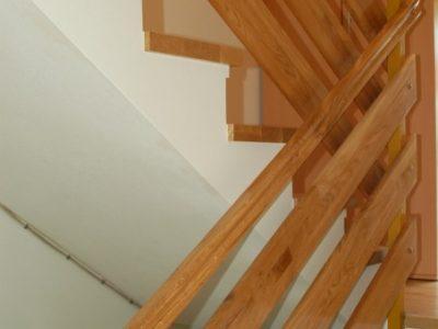pohodne ploskve z ličnico ,osnova je beton,ograja  klasične lesene letve