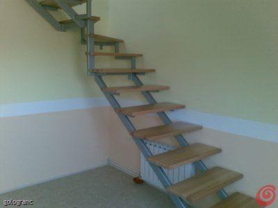 preproste stopnice iz kovine in lesenimi pohodnimi ploskvami
