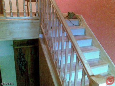 polzakrito stopnišče z struženo ograjo