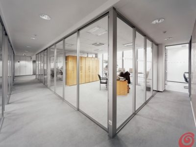 Večkrilna prehodna drsna vrata - čisto kaljeno steklo.