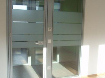 Pisarniške predelne stene iz aluminija sistema OFFICE E92 - steklene z dekorativno folijo - notranji izgled (s stebričkom za el. instalacije) - objekt LITOSTROJ C, Ljubljana (PALAČA DSU)