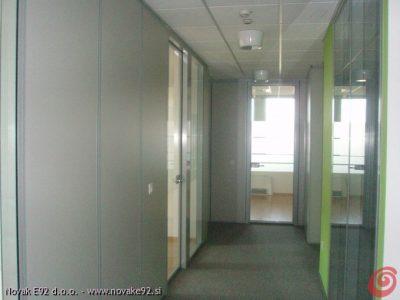 Pisarniške predelne stene iz aluminija sistema OFFICE E92 - steklene - POGLED IZ HODNIKA - kombinacija steklenih sten in sten s polnili (MAX dekorativne interior plošče) - objekt LITOSTROJ C, Ljubljana (PALAČA DSU)