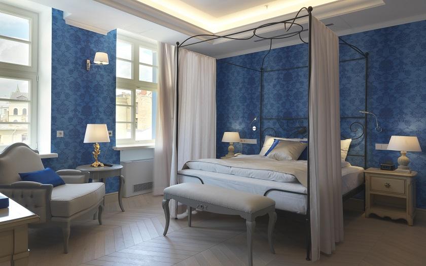 camera-da-letto-baldacchino-carta-da-parati-blu