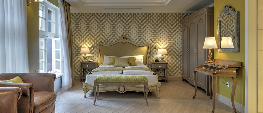 camera da letto classica con carta da parati geometrica gialla