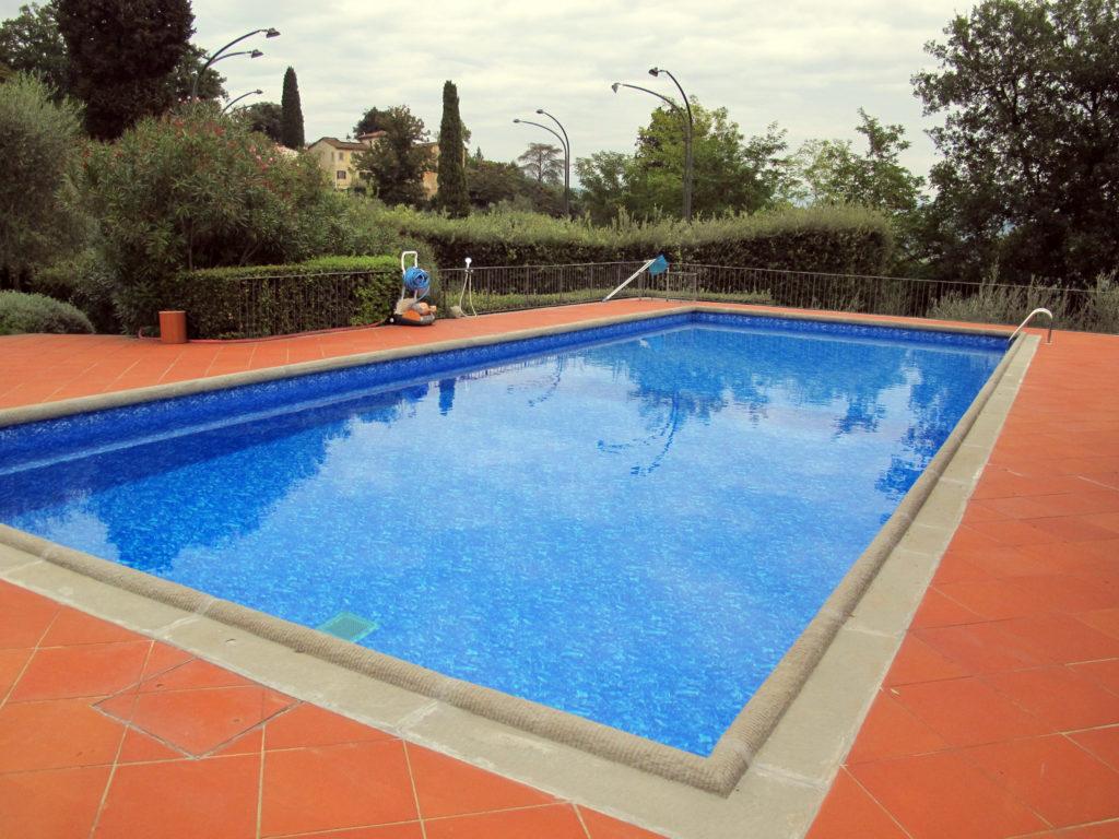 I materiali per la loro possono essere il cemento armato i pannelli duacciaio la vetroresina le - Quanto costa piscina interrata ...