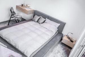 spalnica in postelja z robom